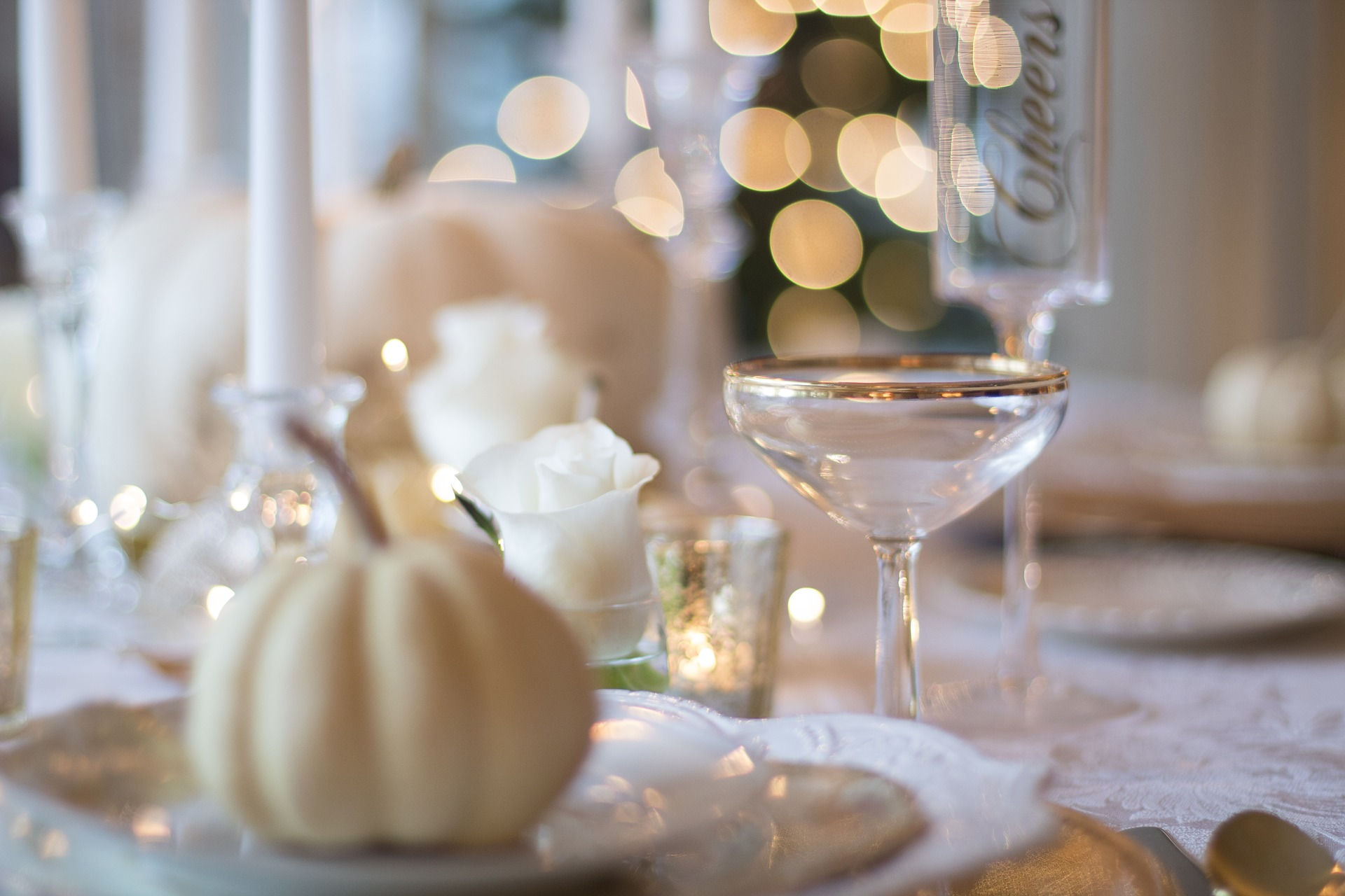holiday-table-1926946_1920.jpg